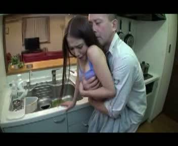 【友田彩也香】掃除機をかける御姉さんのパンツちらに欲情した父親がピン立ち暴発。-