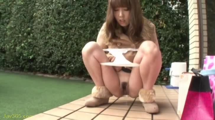 《波多野結衣》コートを着たお姉さんが野外でパンツを下ろし放尿!